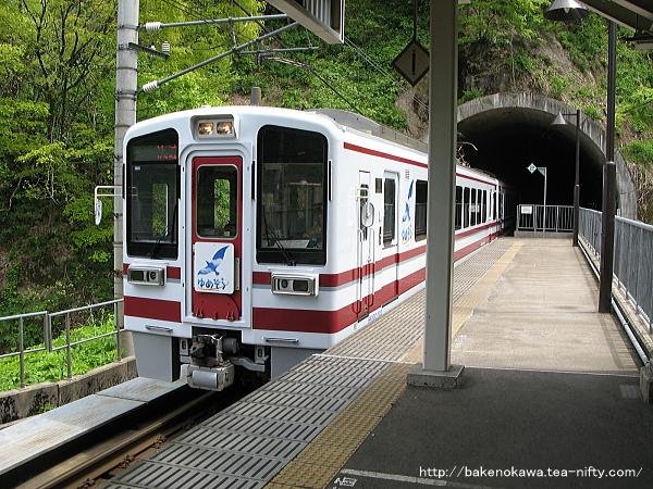 ほくほく大島駅に到着するHK100形電車「ゆめぞら」