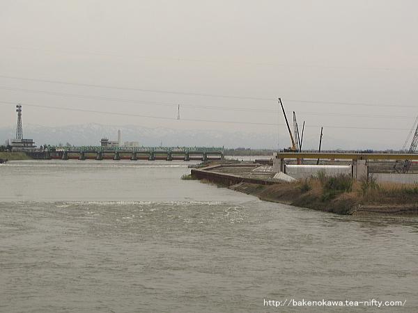 大河津橋上から見た可動堰