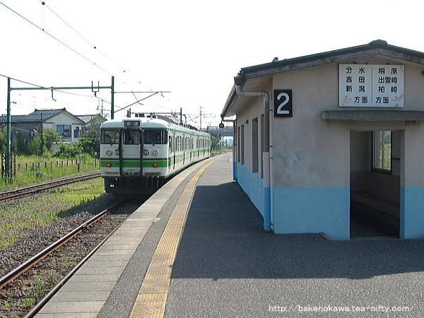 寺泊駅に停車中の115系電車その2
