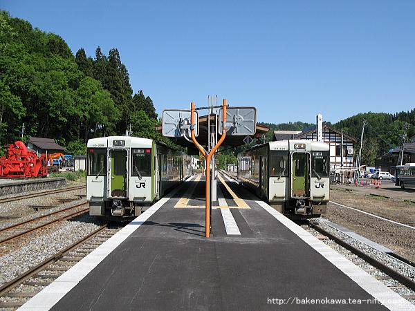 森宮野原駅で列車交換するキハ110系気動車