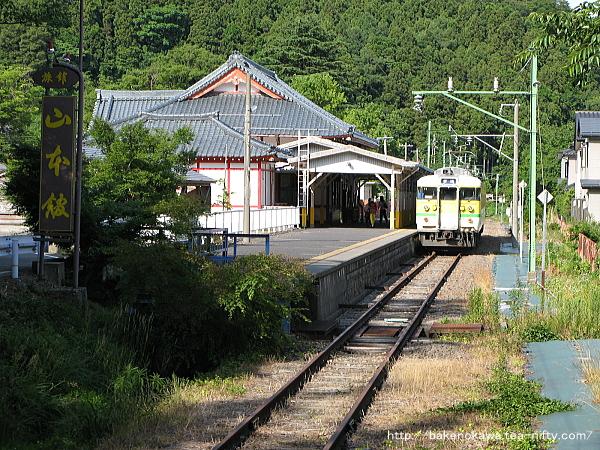弥彦駅に入線する115系電車Y編成