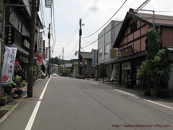 彌彦神社付近の路上