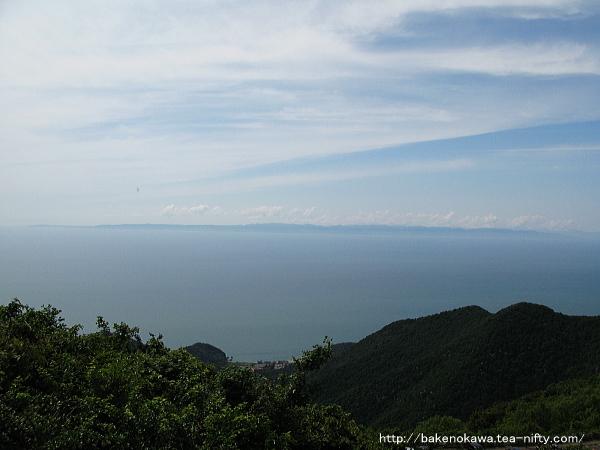 山頂から見た日本海と佐渡島