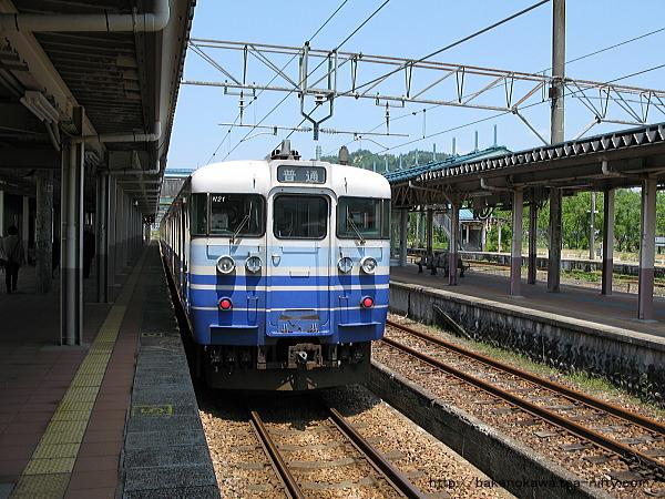 小出駅から出発する115系電車