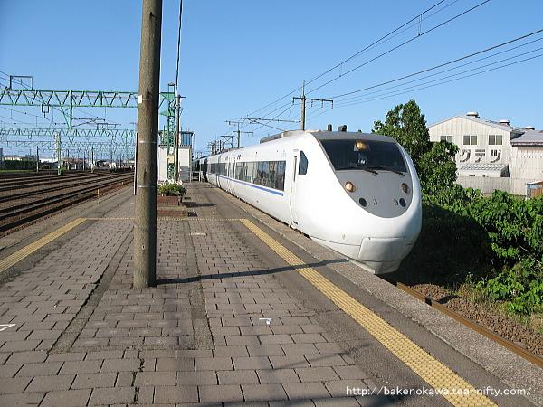 黒井駅を通過する特急「はくたか」