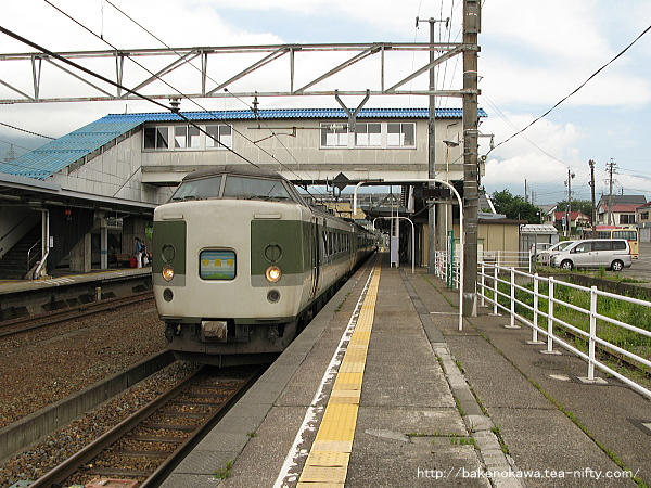 黒姫駅に到着した189系電車「妙高」