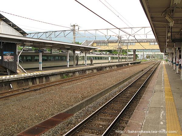 黒姫駅を出発する189系電車「妙高」