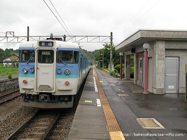 古間駅を出発する115系電車
