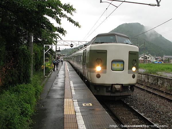 古間駅に到着した189系電車「妙高」その1