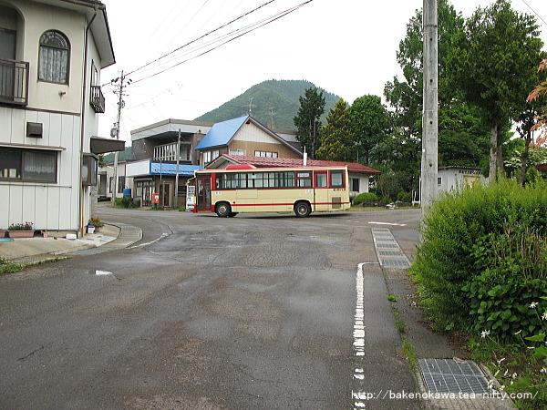 古間駅前の路線バス