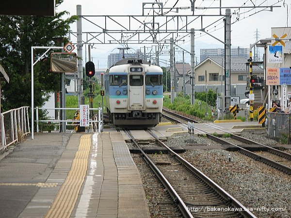 三才駅を出発した115系電車