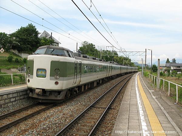 三才駅を出発した189系電車「妙高」