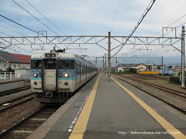 豊野駅に進入する115系電車