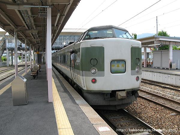 豊野駅から出発する189系電車「妙高」