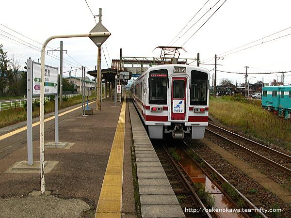 犀潟駅を出発するHK100形電車