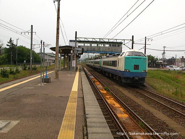 犀潟駅を通過する485系電車特急「北越」