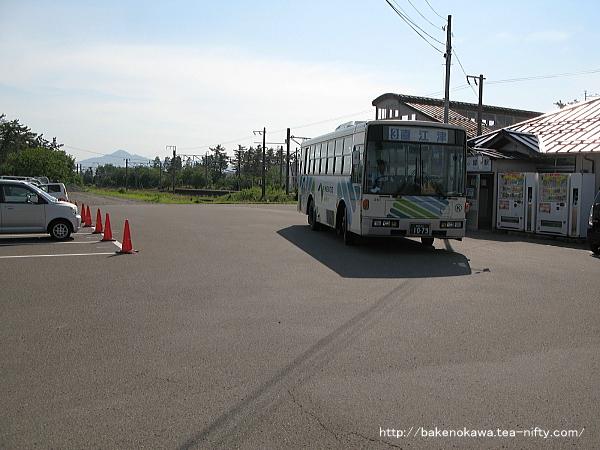 犀潟駅前を出発する路線バス