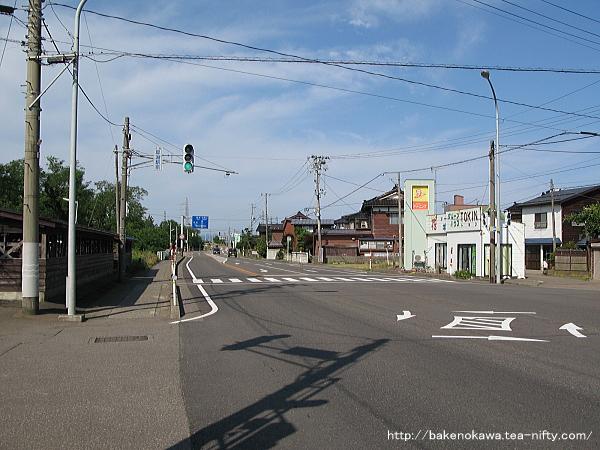 犀潟駅前の国道8号線