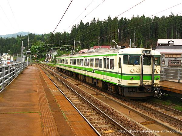 上越国際スキー場前駅に停車中の115系電車