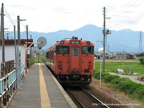 北五泉駅を出発するキハ40系気動車