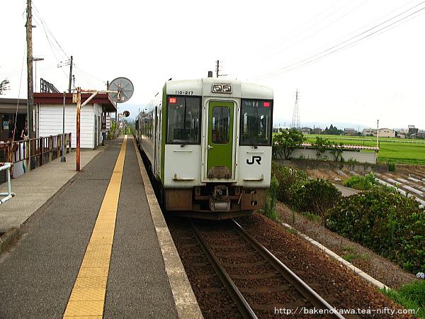北五泉駅を出発するキハ110+キハE120気動車