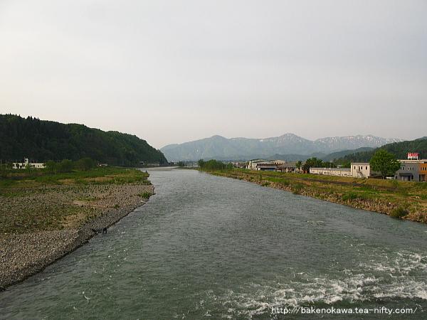 八色大橋上から見た魚野川