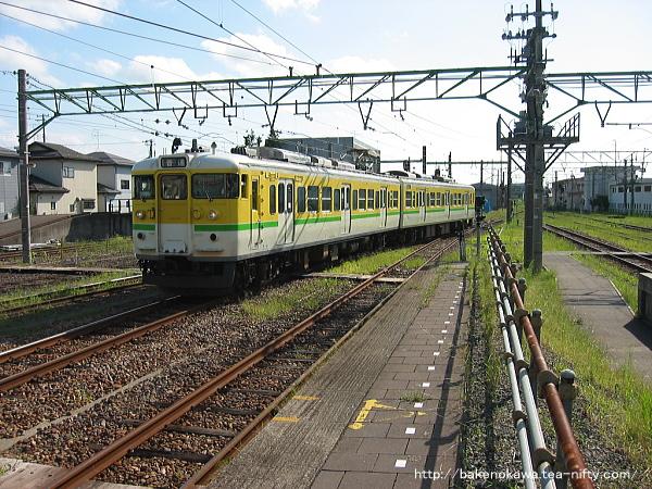 吉田駅に進入する115系電車Y編成