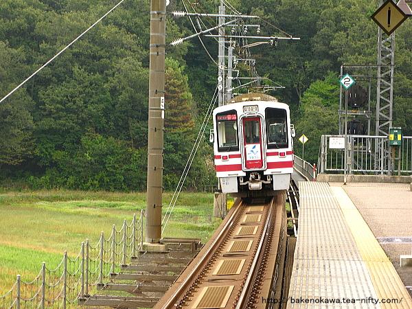 大池いこいの森駅を出発したHK100形電車「ゆめぞら」号