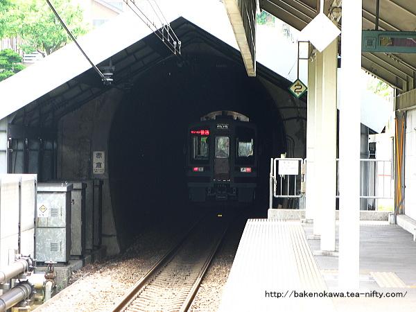 しんざ駅を出発して赤倉トンネルに突入するHK100形電車「ゆめぞら号」