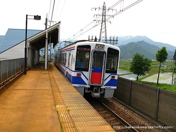 魚沼丘陵駅を出発するHK100形電車