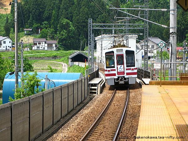 魚沼丘陵駅を出発したHK100形電車「ゆめぞら号」