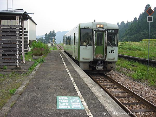 越後岩沢駅に到着するキハ110系気動車