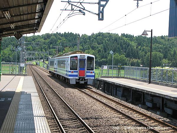 くびき駅に到着するHK100形電車