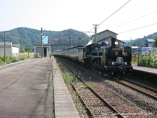 越後広田駅を通過するC57形蒸気機関車牽引の「SL信越線120周年」号