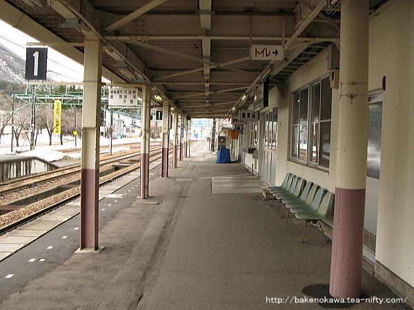 1番ホームから見た駅舎その1