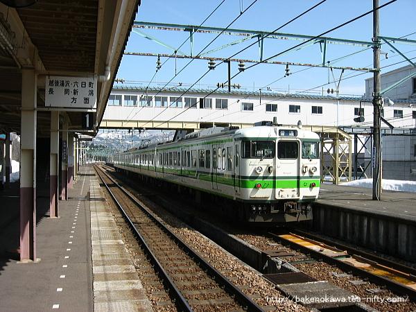 越後中里駅で折り返し待機中の115系電車