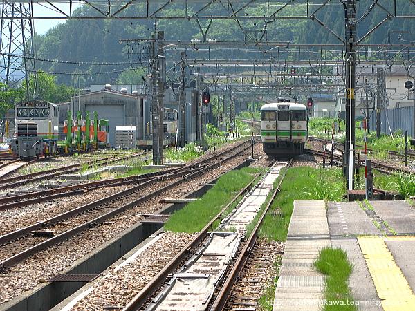 越後湯沢駅を出発した115系電車
