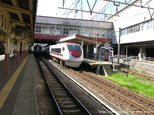 1番線で待機中の特急「はくたか」と0番線のほくほく線HK100形電車