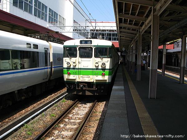 越後湯沢駅で待機中の115系電車その2