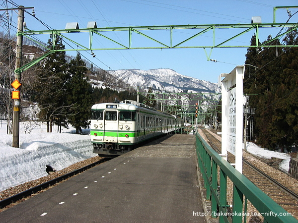 岩原スキー場前駅を出発した115系電車
