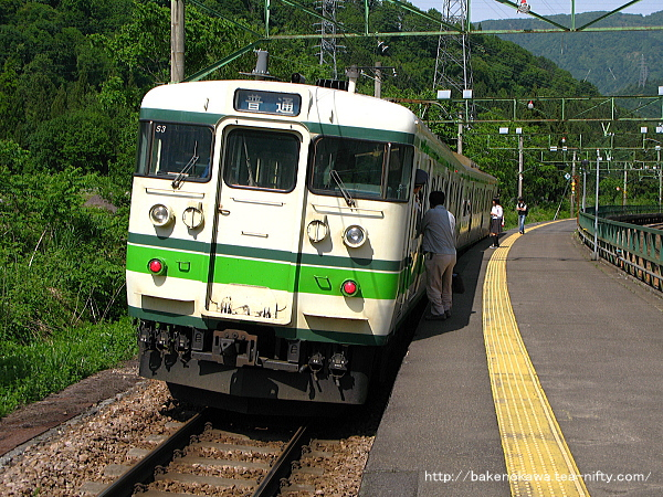 岩原スキー場前駅に停車中の115系電車