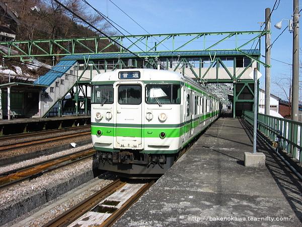 土樽駅を出発する115系電車