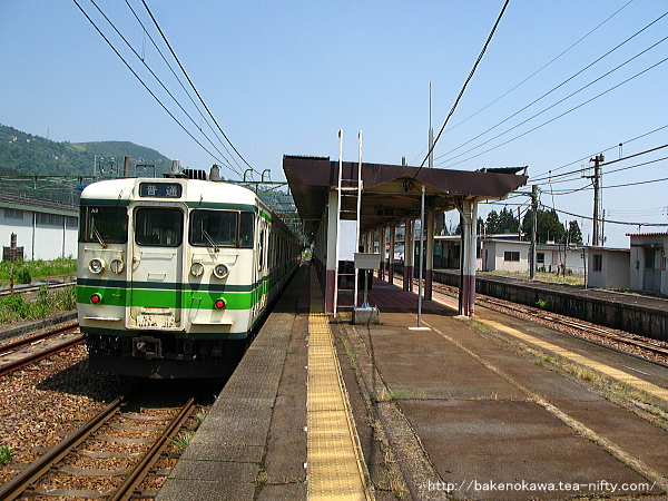 石打駅を出発する115系電車