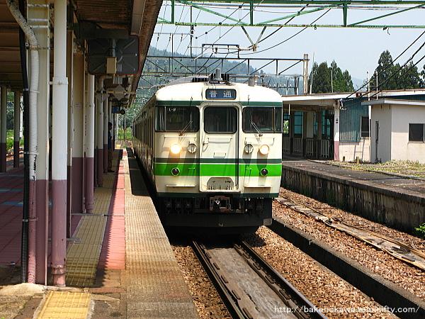 石打駅に到着した115系電車