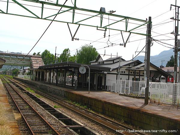 旧島式ホームから見た新駅舎