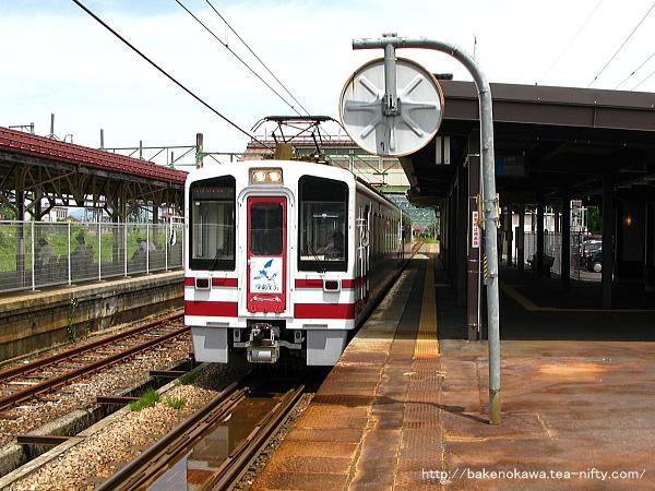 塩沢駅を出発するHK100形電車「ゆめぞら」号
