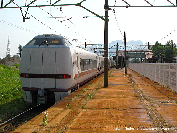 塩沢駅を通過する特急「はくたか」その2