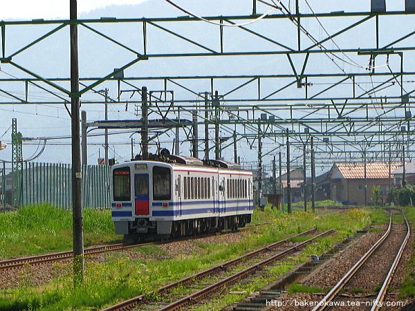 塩沢駅を出発するHK100形電車