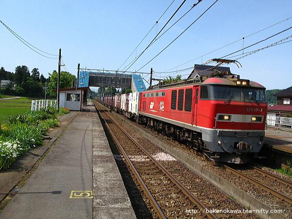 越後岩塚駅を通過するEF510形電気機関車牽引の貨物列車