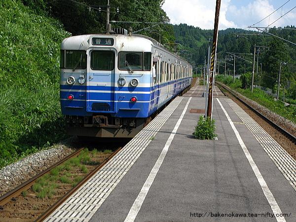 長鳥駅を出発する115系電車